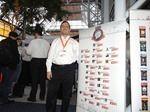 Yaacov Cohen, Mitgründer und Chef von harmon.ie, auf seinem Stand mit der Liste der Award-Gewinner
