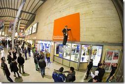 Der Zero-Gravity-Man - schwebend im Münchner Hautpbahnhof...